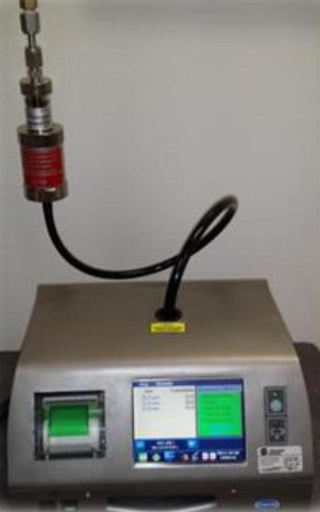El HPD MET ONE conectado a un contador de la serie MET ONE 3400 y a una línea de gas