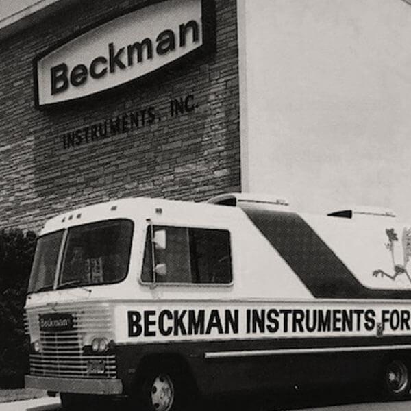 Передвижная презентация линии биомедицинских продуктов компании Beckman Instruments, Inc.