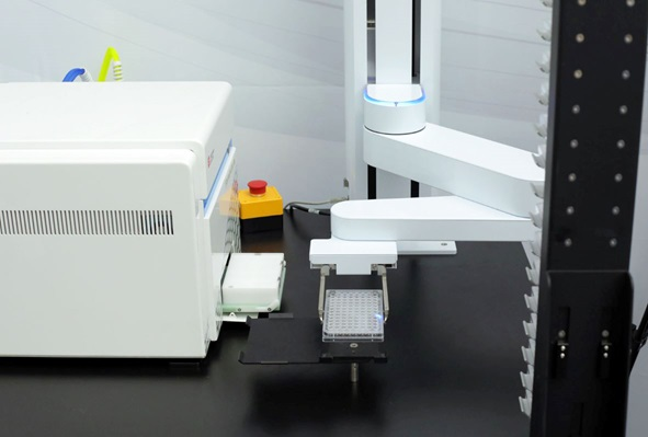 Automation Assistant feeding plates into CytoFLEX