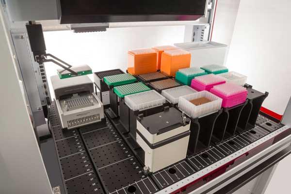 Manipulateur de liquides Biomek avec thermocycleur intégré